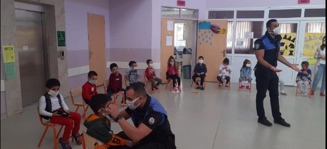 Polisten anaokulunda virüs eğitimi