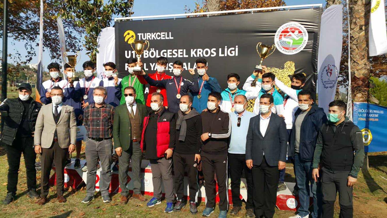 Genç atletler Adana Büyükşehir Belediyesi sponsorluğunda koştu