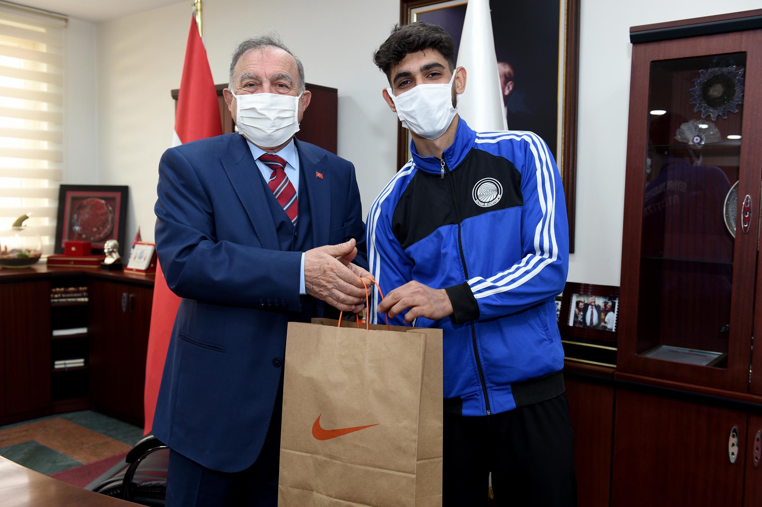Türkiye Şampiyonu sporcu'dan, Başkan Akay'a ziyaret