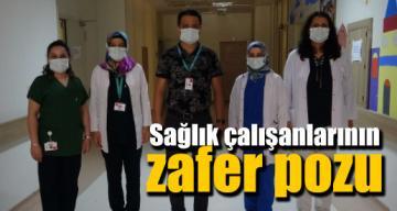 Sağlık çalışanlarının zafer pozu